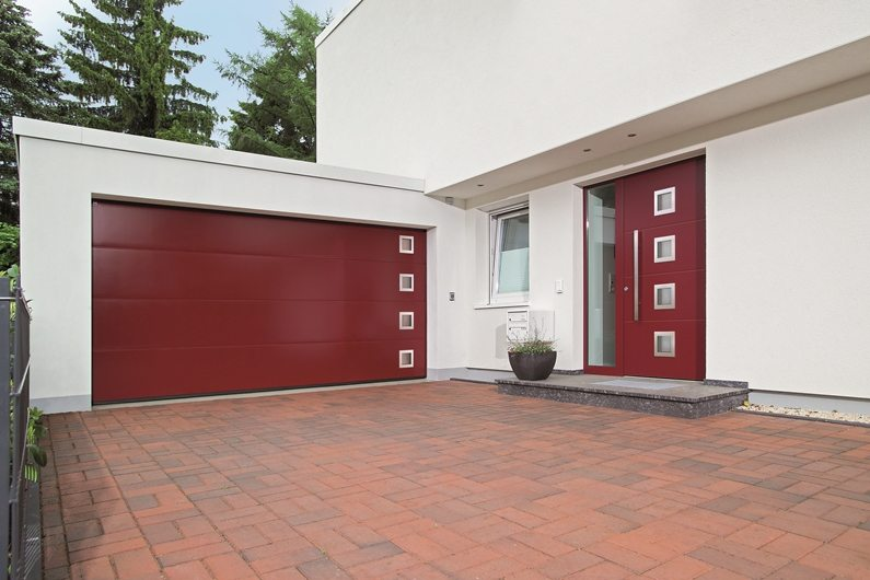 Porte d'entrée Thermo Safe et porte de garage sectionnelle Hoermann parfaitement assorties vendues par Glaesener-Betz.