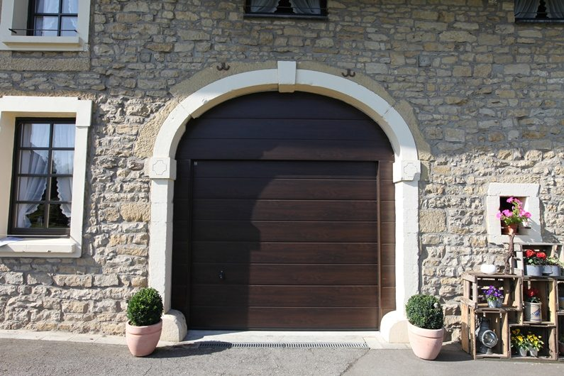 Porte de garage sectionnelle Hörmann LPU40 posée par Glaesener-Betz s à Kleinbettingen. (couleur Night Oak)
