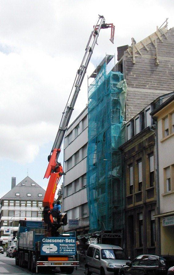 Glaesener-Betz vous livre vos bois de charpente, isolation toiture, tuiles directement sur toiture avec nos camions-grues !