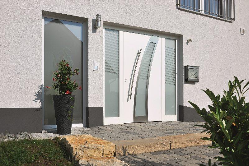 Porte d'entrée Hoermann Thermo Safe avec partie latérale en triple vitrage thermique vendue et posée par Glaesener-Betz.