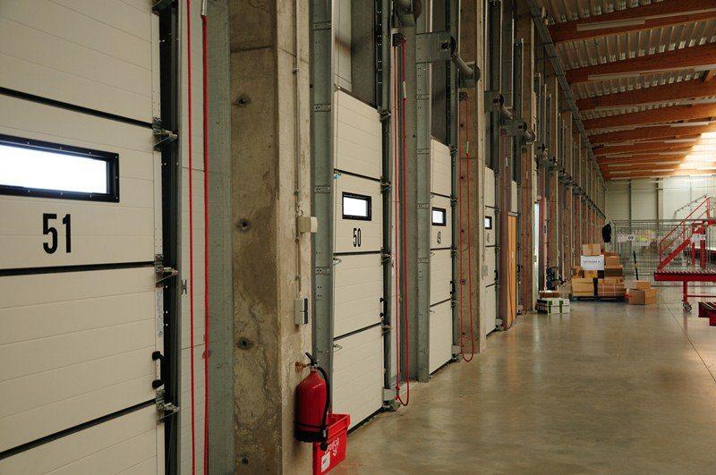 DPD Bettembourg : portes sectionnelles industrielles HÖRMANN SPU 40 (vue intérieure) posées par Glaesener-Betz.