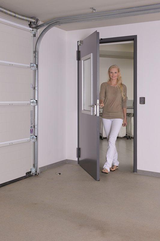 Porte d'intérieur Hoermann H3-D vendue et posée par Glaesener-Betz. Porte fonctionnelle pour passer du garage à la maison.