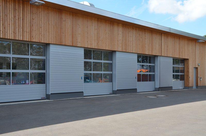 Service de voirie à Cessange (Ville de Luxembourg): portes sectionnelles industrielles HÖRMANN TAP40 avec revêtement mural identique à la porte posés par Glaesener-Betz.
