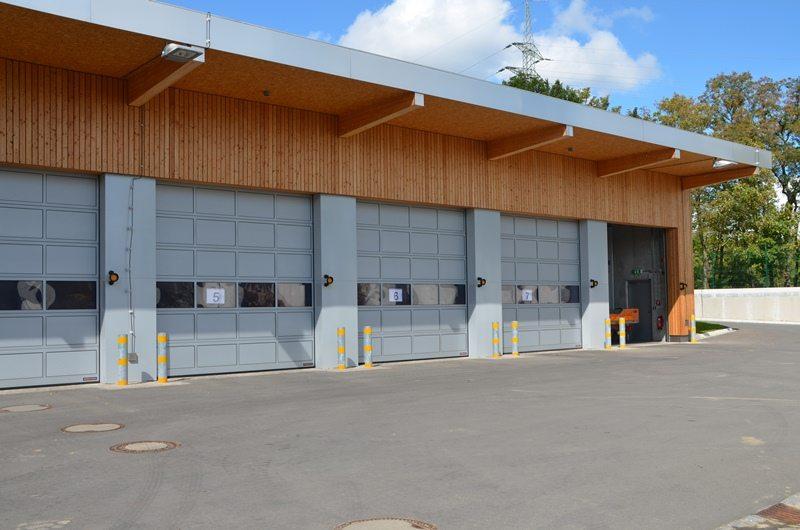 Service de voirie à Cessange (Ville de Luxembourg): portes sectionnelles industrielles HÖRMANN TAR40 avec panneaux en aluminium avec rupture de pont thermique.