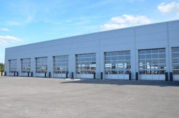 Garage Mercedes à Roost/Bissen: portes sectionnelles industrielles HÖRMANN ALR40 posées par Glaesener-Betz.