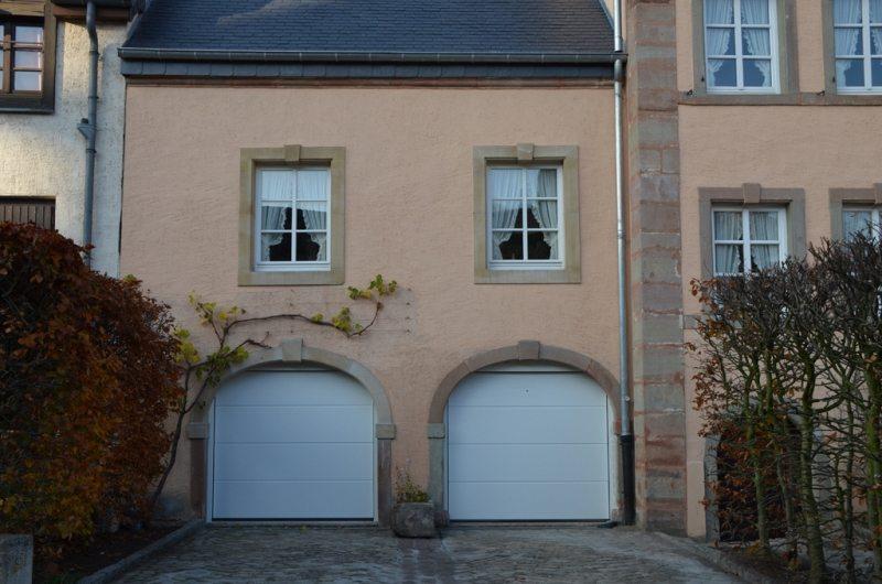 Porte de garage sectionnelle Hörmann LPU40 rainures L posée par Glaesener-Betz.