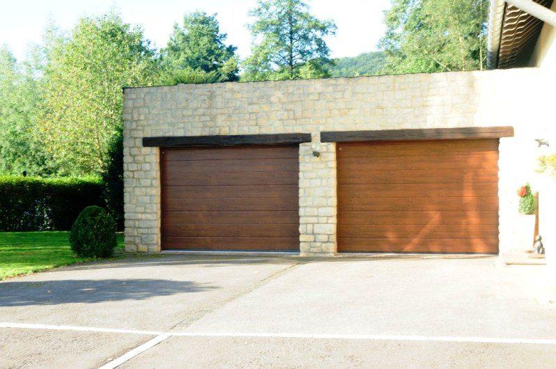Portes de garage sectionnelles Hörmann posées par Glaesener-Betz à Platen.(LPU40 rainures M couleur dark oak)