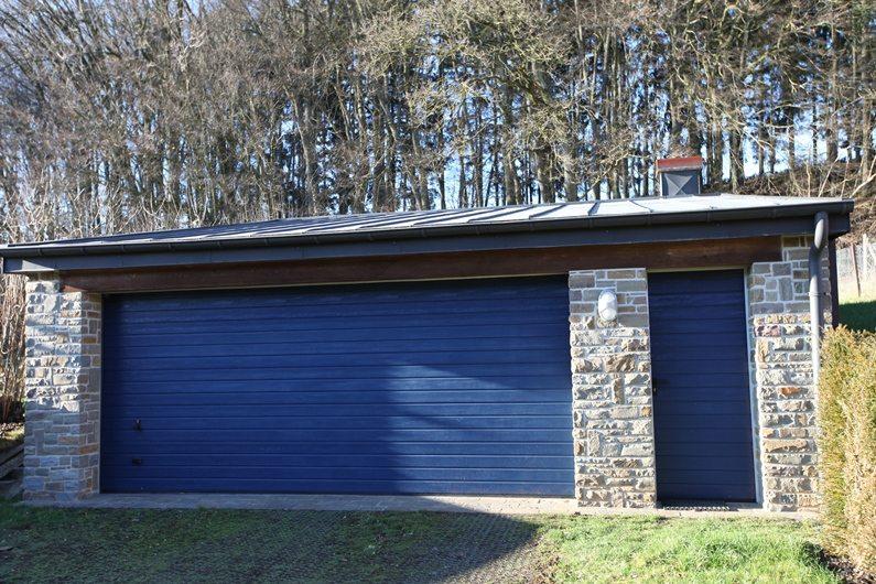 Porte de garage sectionnelle Hörmann LPU40 rainures S posée par Glaesener-Betz.