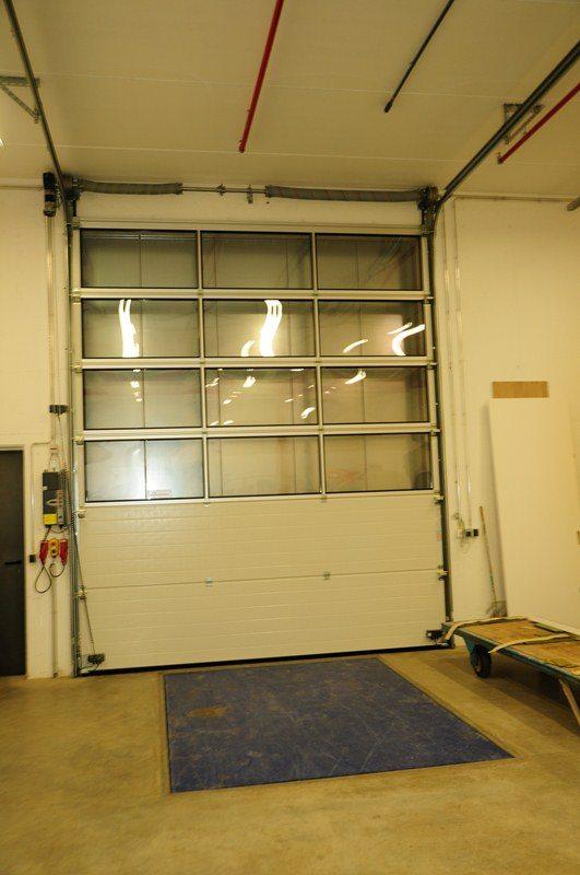 Menuiserie Karier & Cie de Bissen: portes sectionnelles industrielles HÖRMANN avec nivelleur de quai posée par Glaesener-Betz.