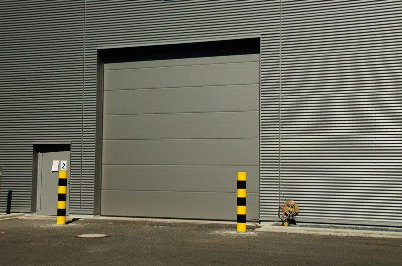 Menuiserie Karier & Cie de Bissen: porte sectionnelle industrielle HÖRMANN SPU 40 posée par Glaesener-Betz.