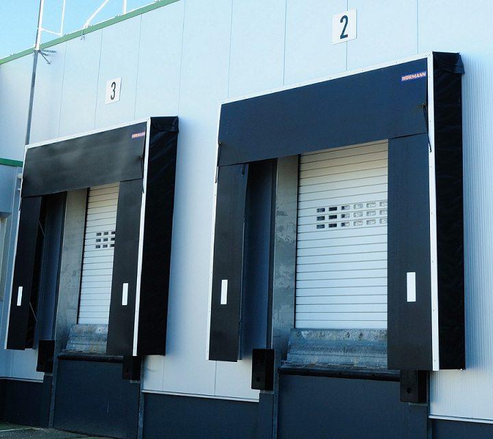 Abattoir Ettelbruck : rideaux à lames HÖRMANN HR116 aluminium RAL 9002 avec sas d'étanchéité à bâches DT installés par Glaesener-Betz.