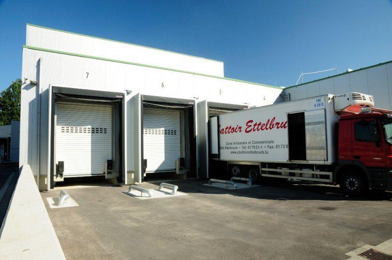 Abattoir Ettelbruck: rideaux à lames HÖRMANN HR116 aluminium RAL 9002 avec sas d'étanchéité gonflable DAS-G-3 et guide-roues installés par Glaesener-Betz.