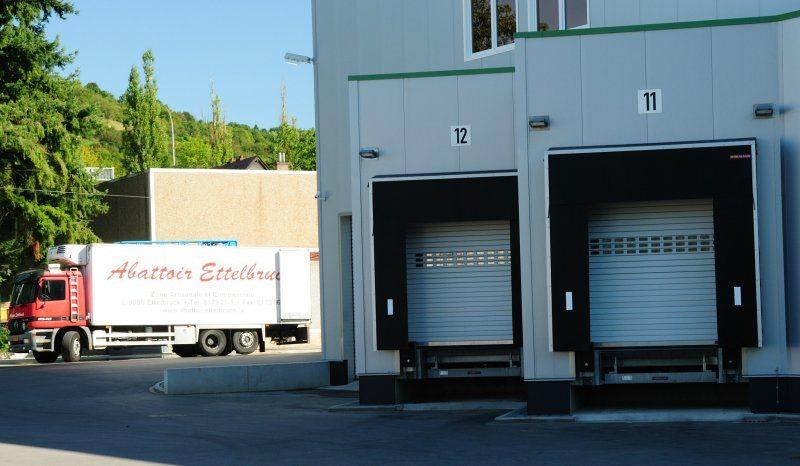 Abattoir Ettelbruck : rideaux à lames HÖRMANN HR116 aluminium RAL 9002 avec sas d'étanchéité à bâches DT- pose et service après vente par Glaesener-Betz.