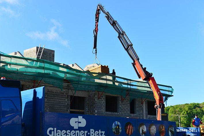 Glaesener-Betz vous livre à votre dépôt, sur chantier et même directement sur toiture avec nos camions-grues !