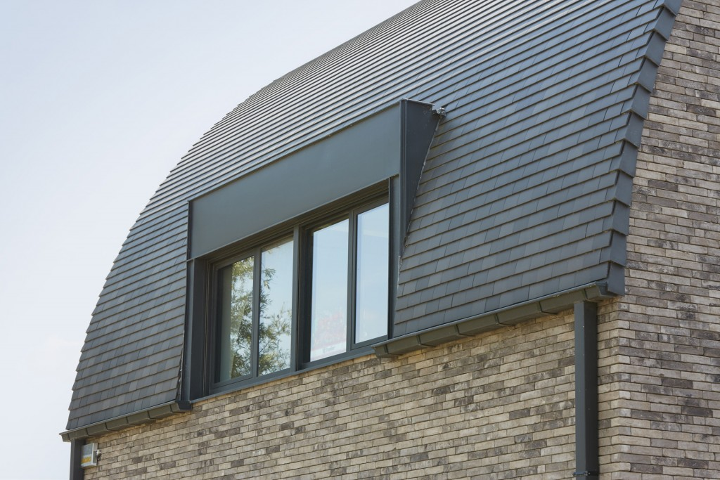 Tuile Plate 301 de la marque KORAMIC– la tuile polyvalente pour une toiture au look épuré. Toute la gamme de tuile KORAMIC disponible chez Glaesener-Betz.