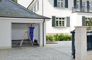 Renovation de votre porte de garage: nos propres monteurs viendront installer votre nouvelle porte, le moteur et ses accessoires, cela prendra une journée.